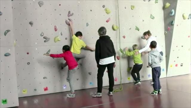 Parete Scalata Bambini : Attenti si scala la parete di roccia riabilita i bambini