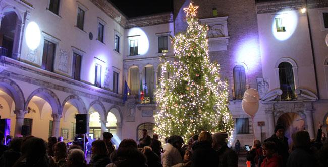 Albero Di Natale 8 Dicembre.Crema Un Natale Con Albero Luminarie E Mercatini